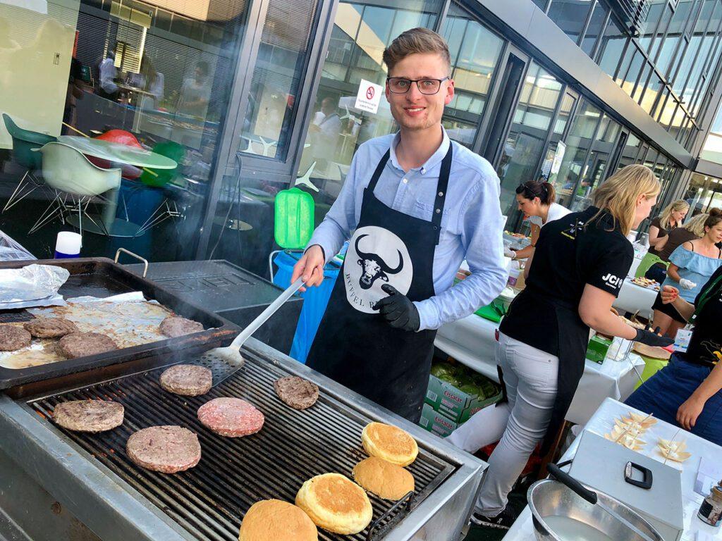 Bei Büffel Bill werden Burger Patties gegrillt.